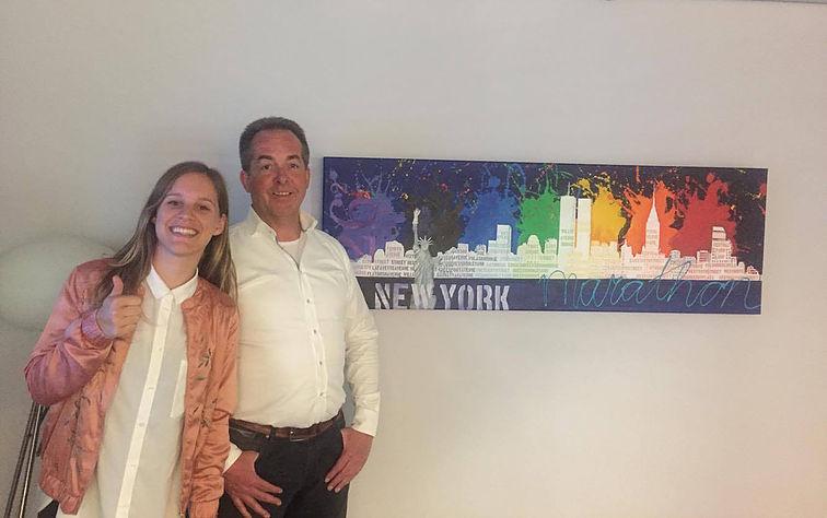 """Modderkolk steunt DoForKika door het prachtige schilder """"New York"""" te kopen"""