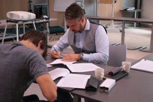 nieuwe Monteurs in Opleiding tekenen hun contract bij Modderkolk