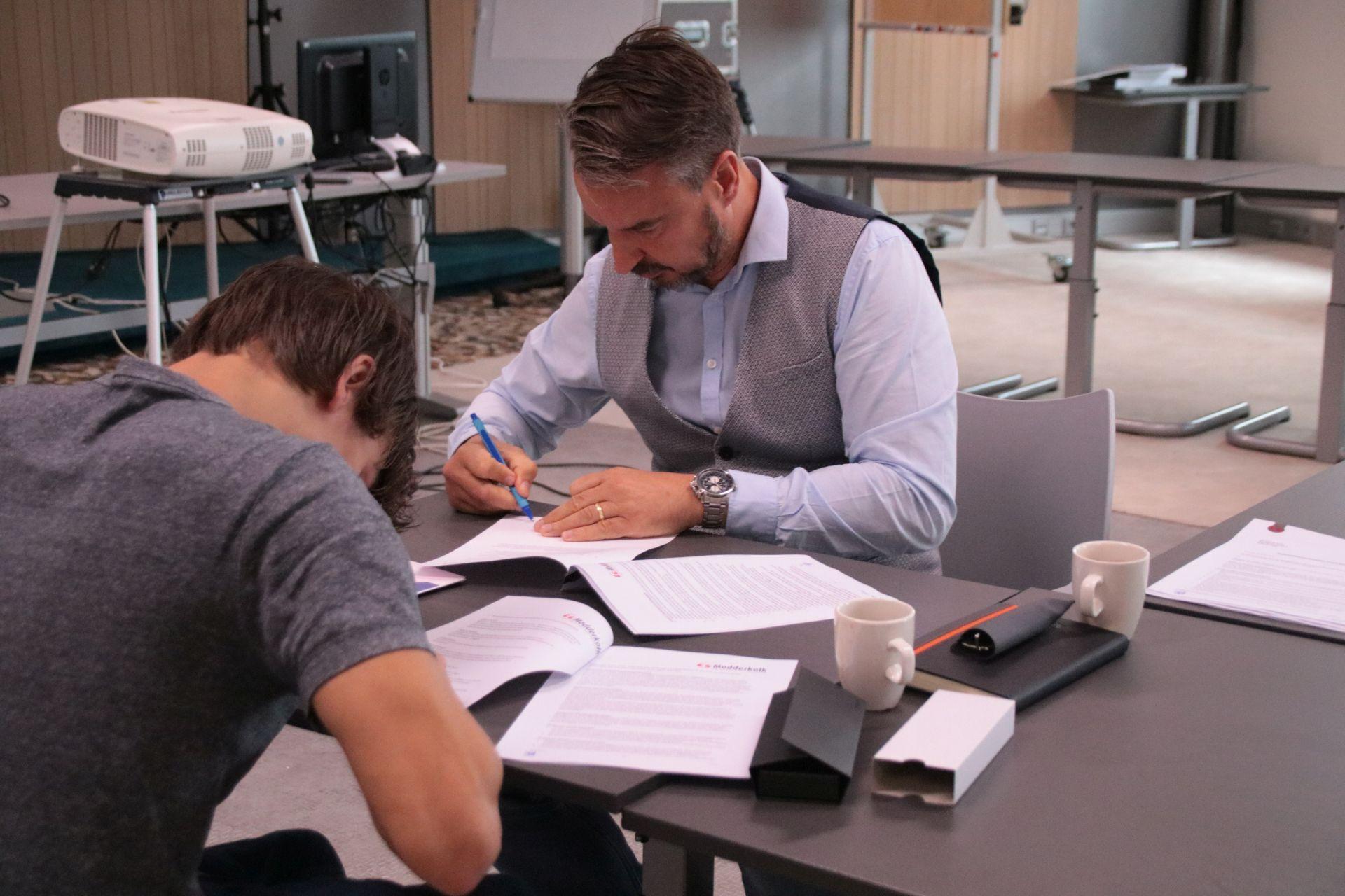 Zes nieuwe Monteurs in Opleiding tekenen hun contract bij Modderkolk!